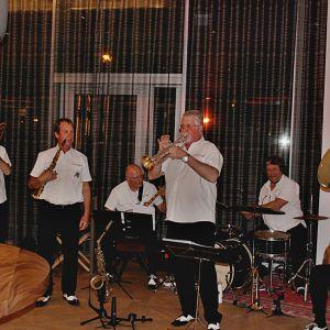 http://www.hotelmoderntimes.com/application/files/thumbnails/thumb_list_2x/9714/8974/8307/Vufflens-Jazz-Band.jpg